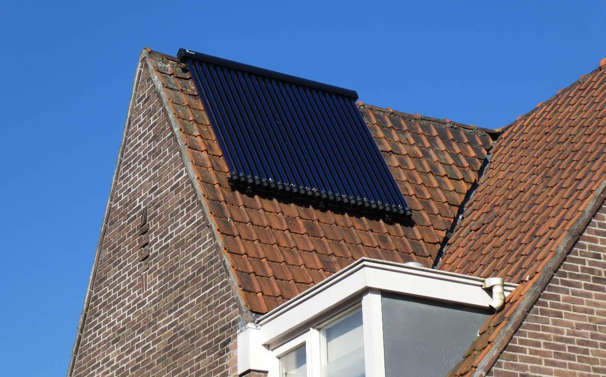 Voorbeeld van een zonnecollector op het dak en is onderdeel van een zonneboiler